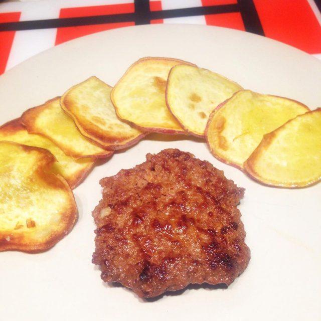 Hambúrgueres caseiros com chips de batata doce