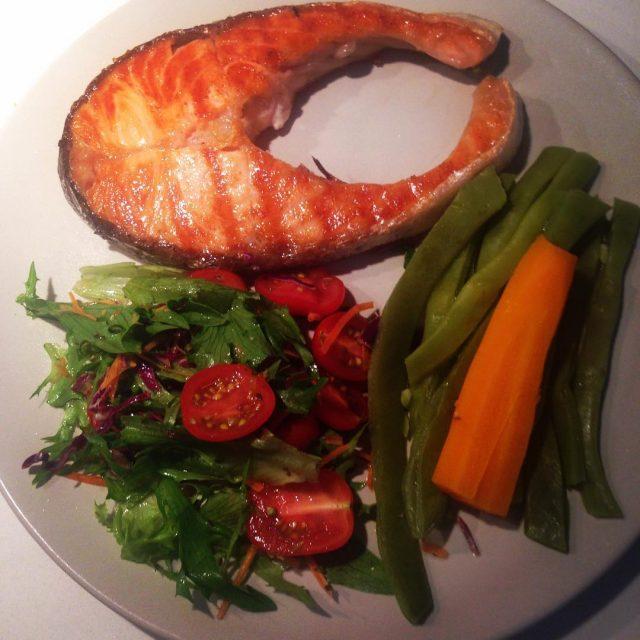 Salmão grelhado com vegetais a vapor e salada
