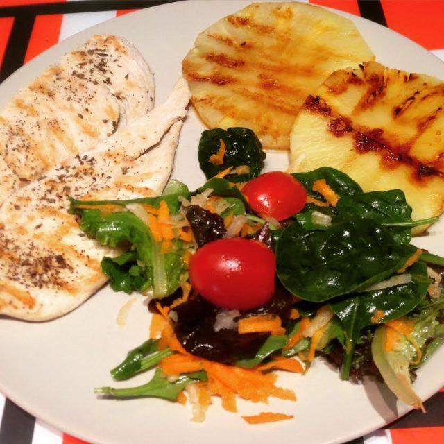 Bife de frango com salada e abacaxi